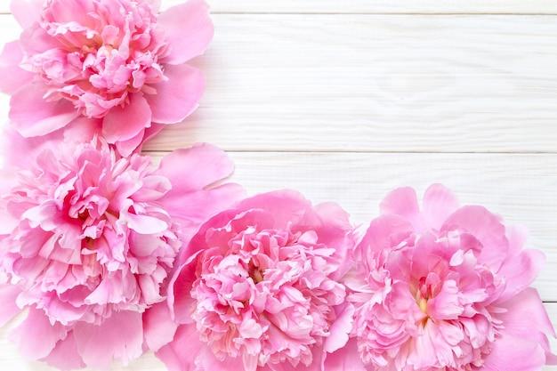 Bukiet różowych piwonii na drewnianym stole. prezent na walentynki.