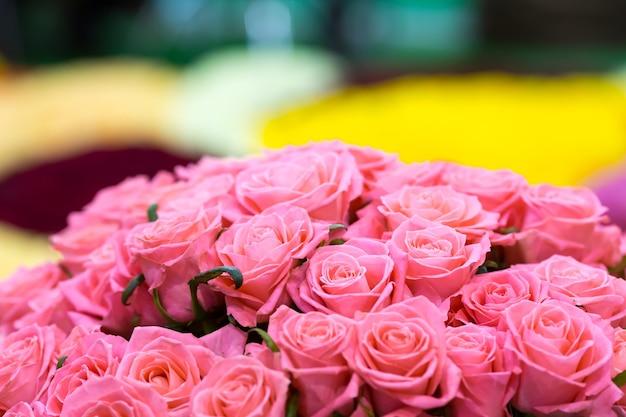 Bukiet różowych róż z bliska