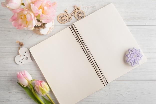 Bukiet różowych tulipanów i przycisku do papieru