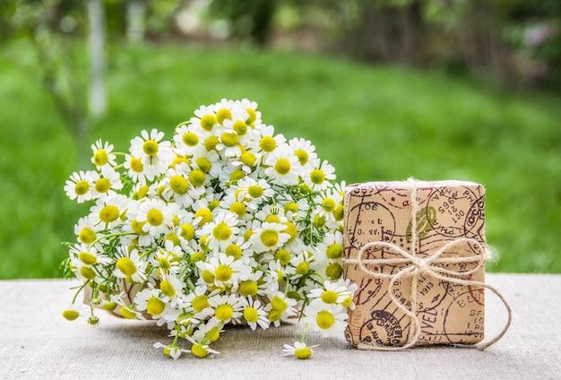 Bukiet rumianków i pudełko upominkowe