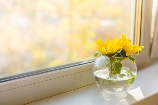 Bukiet słoneczników na oknie w domu. koncepcja naturalności i dekoracji. zdjęcie wysokiej jakości
