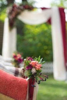 Bukiet ślubny i dekoracje z kwiatów w dniu ślubu