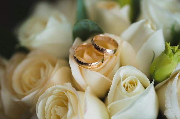 Bukiet ślubny i pierścionki