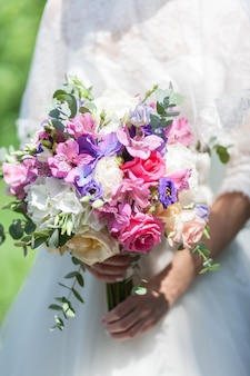 Bukiet ślubny kwiatów, w tym czerwony hypericum
