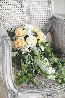 Bukiet ślubny leżący na krześle