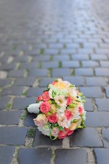 Bukiet ślubny na chodniku
