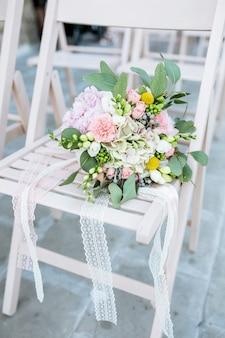 Bukiet ślubny na drewnianym krześle