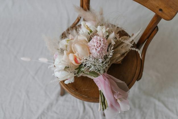 Bukiet ślubny na krześle