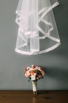 Bukiet ślubny na stole. ślub w czarnogórze