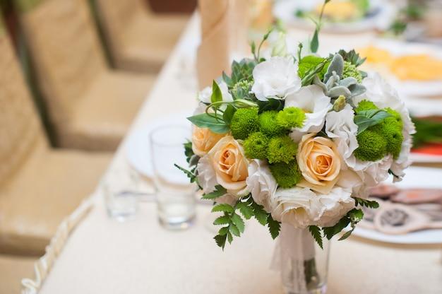 Bukiet ślubny na stole