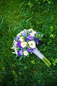Bukiet ślubny na trawie