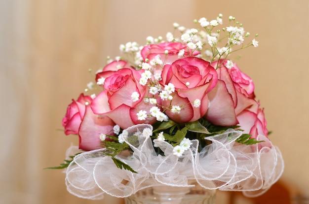 Bukiet ślubny panny młodej z dużych pięknych różowych róż z bliska