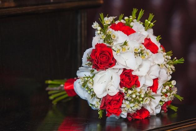 Bukiet ślubny. piękny, kwitnący bukiet pastelowych różowych róż ze wstążką