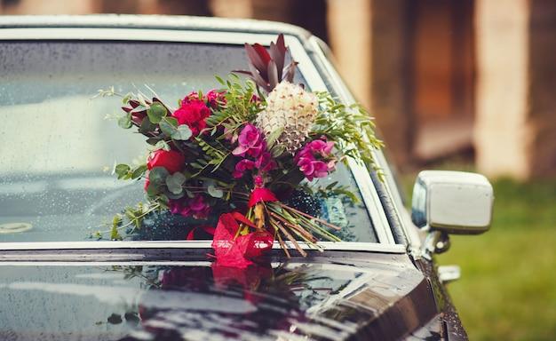 Bukiet ślubny przymocowany do przedniej szyby samochodu