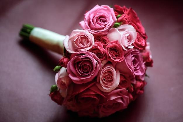 Bukiet ślubny. różowe i czerwone róże weselne kwiaty