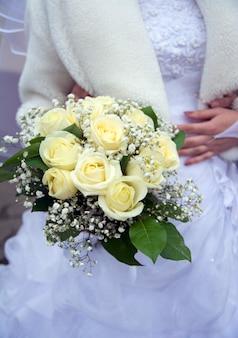 Bukiet ślubny w jasnych kolorach, na białym tle