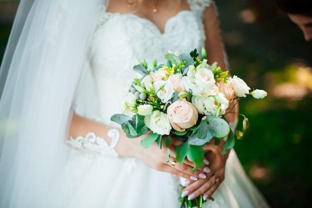 Bukiet ślubny w rękach panny młodej, david austin