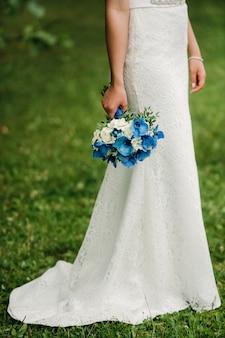 Bukiet ślubny w rękach panny młodej. poranek panny młodej.