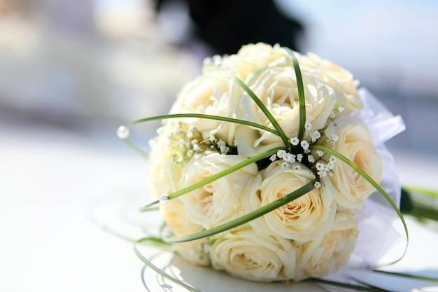 Bukiet ślubny z beżowych róż z bliska