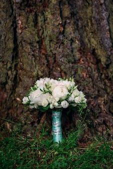 Bukiet ślubny z białych i różowych piwonii i róż