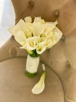 Bukiet ślubny z białych kalii delikatne kwiaty dla pary młodej w dniu ślubu