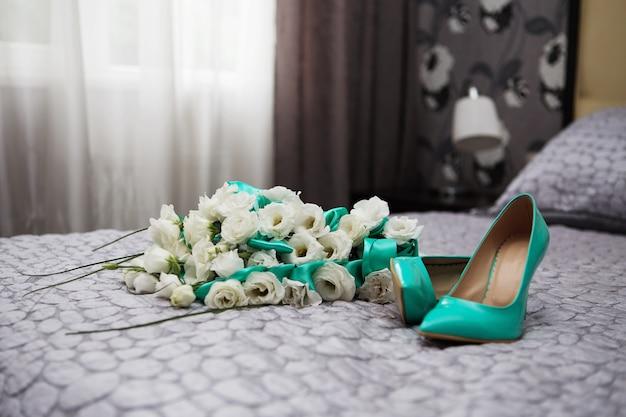 Bukiet ślubny z białych róż i niebieskich wstążek