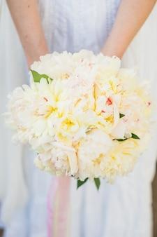 Bukiet ślubny z białymi piwoniami