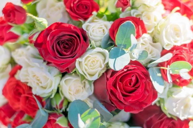 Bukiet ślubny z czerwoną różą