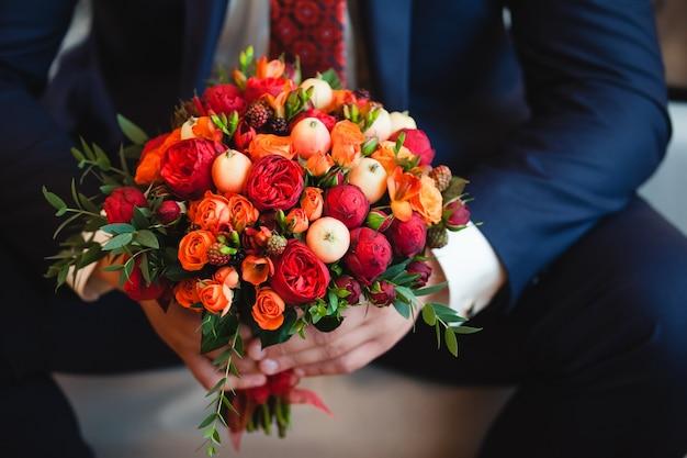 Bukiet ślubny z czerwonych kwiatów
