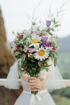 Bukiet ślubny z dzikich kwiatów