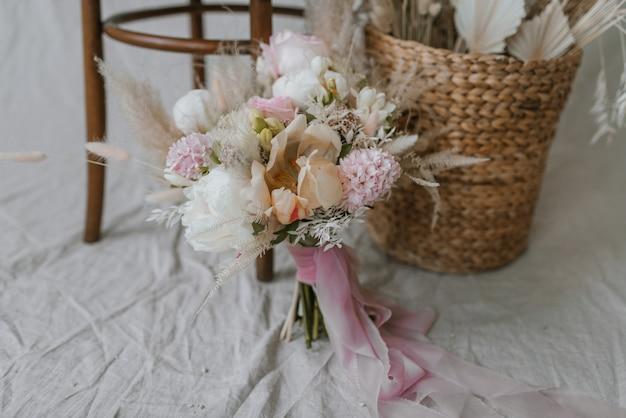 Bukiet ślubny z krzesłem