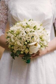 Bukiet ślubny z kwiatów