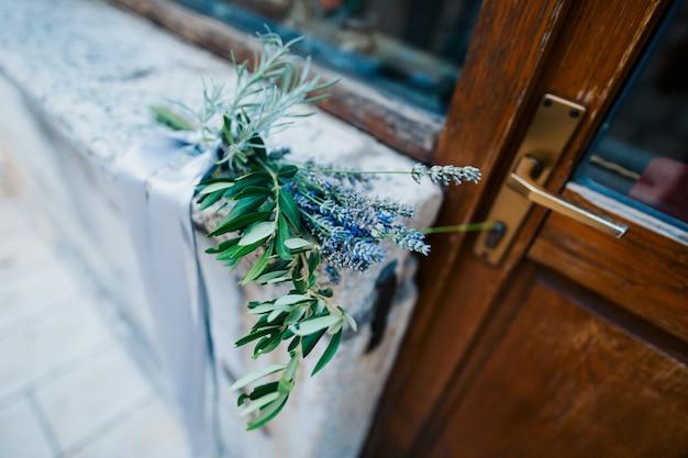 Bukiet ślubny z lawendy ze wstążką
