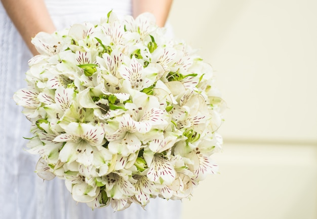 Bukiet ślubny z letnich kwiatów