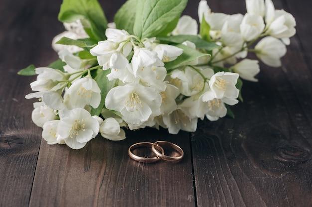 Bukiet ślubny z pięknymi złotymi obrączkami