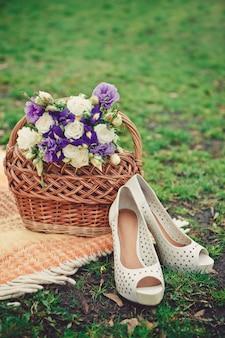 Bukiet ślubny z róż i fiołków w koszyku