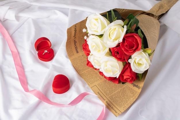 Bukiet ślubny z róż i różową wstążką