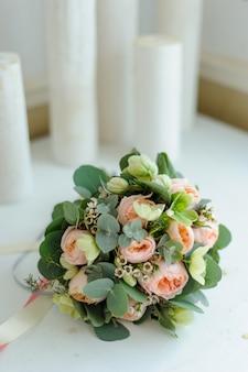Bukiet ślubny z różami i eukaliptusem