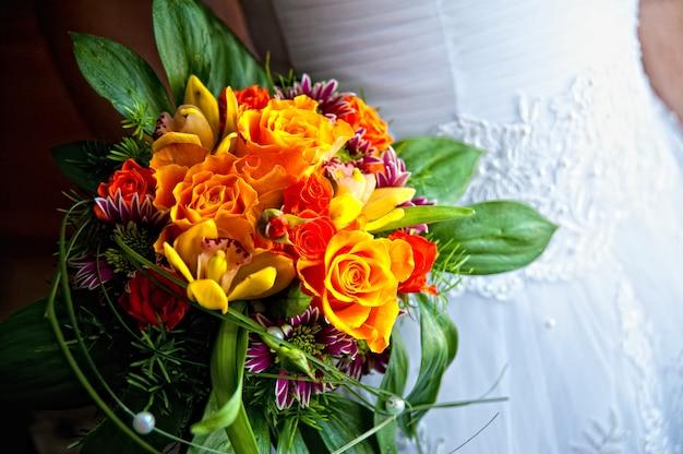 Bukiet ślubny z różnych kwiatów