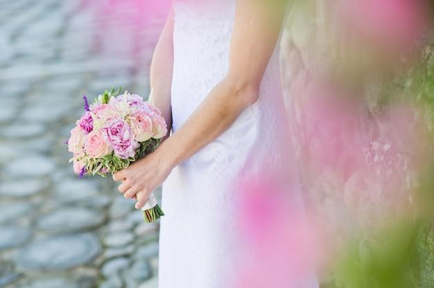 Bukiet ślubny z różowych i białych róż