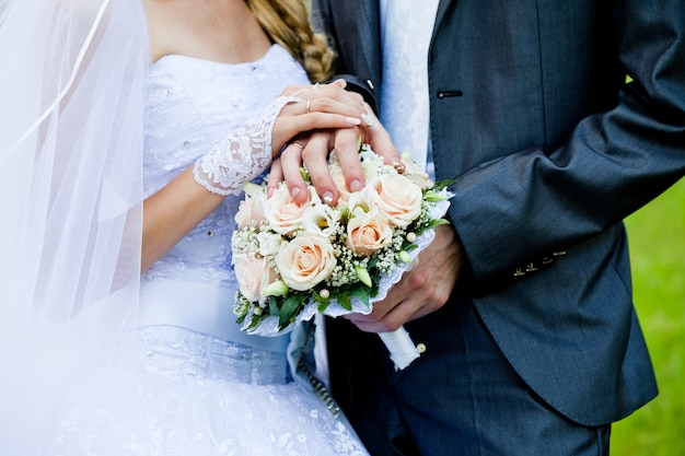Bukiet ślubny z różowych róż