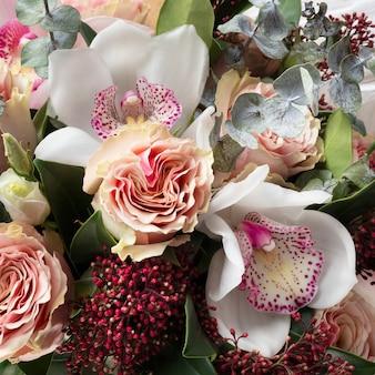 Bukiet ślubny ze storczyków i róż.