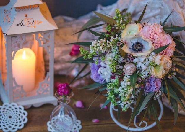 Bukiet ślubny ze świeczką i rzeczami ślubnymi