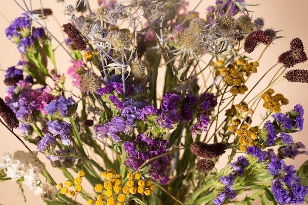 Bukiet suchych kwiatów z bliska odmiany suszonych roślin