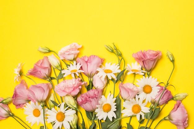Bukiet świeżej róży i białych kwiatów z zielonymi liśćmi