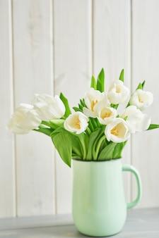 Bukiet świeżych białych tulipanów w wazonie