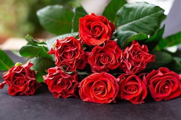 Bukiet świeżych ciętych czerwonych róż