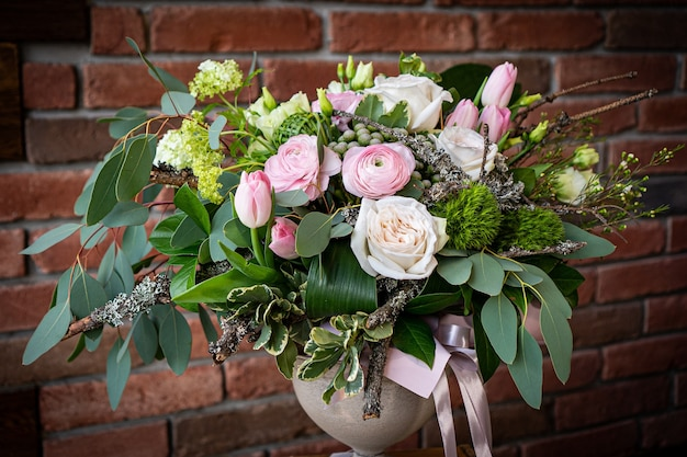 Bukiet świeżych delikatnych kwiatów na białym tle prezent celebracja walentynki ślub