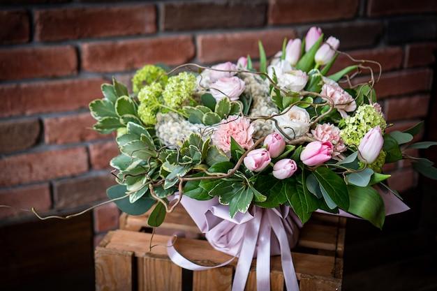 Bukiet świeżych delikatnych kwiatów na białym tle prezent uroczystość walentynki ślub