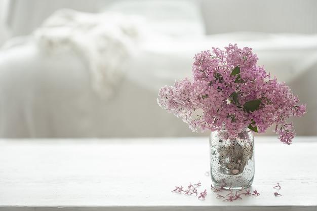 Bukiet świeżych kwiatów bzu w szklanym wazonie